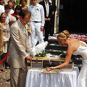 NLD/Groningen/20070609 - Huwelijk Arjen Robben en Bernadien Eillert, bruidspaar laat witte duiven los..Wedding of the dutch Chelsea soccer player Arjen Robben with his girlfriend Bernadien Eillert along with family and friends
