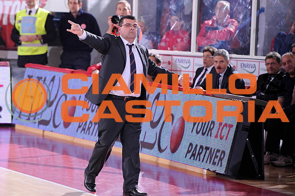 DESCRIZIONE : Teramo Lega A 2011-12 Banca Tercas Teramo Scavolini Siviglia Pesaro<br /> GIOCATORE : Alessandro Ramagli<br /> CATEGORIA : coach<br /> SQUADRA : Banca Tercas Teramo<br /> EVENTO : Campionato Lega A 2011-2012<br /> GARA : Banca Tercas Teramo Scavolini Siviglia Pesaro<br /> DATA : 04/12/2011<br /> SPORT : Pallacanestro<br /> AUTORE : Agenzia Ciamillo-Castoria/C.De Massis<br /> Galleria : Lega Basket A 2011-2012<br /> Fotonotizia : Teramo Lega A 2011-12 Banca Tercas Teramo Scavolini Siviglia Pesaro<br /> Predefinita :