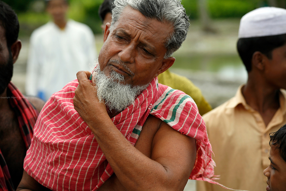 G. M. Abdus Sabur is worried. - If we don't get better levees and flood barriers, we will drown. As he stands on the edge of a rice patty, he hopes the world take note and help stop the water from rising. Bangladesh is prone to a double whammy of flooding and drought caused by the melting glaciers of Himalaya.
