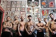 Napoli, Italia - Enzo Brandi (al centro), famoso tatuatore a livello nazionale ed internazionale, ritratto con i suoi collaboratori nel suo studio di Napoli.<br /> Ph. Roberto Salomone