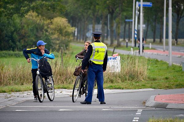 Nederland, Ubbergen, 28-9-2012Een politieman bezig met het regelen van het verkeer omdat de stoplichten zijn uitgevallen.Foto: Flip Franssen/Hollandse Hoogte