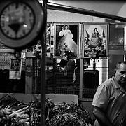 APUNTES SOBRE MI VIDA: LA PASTORA I - 2009/10<br /> Photography by Aaron Sosa<br /> Vendedor de Legumbres y Hortalizas en el Mercado de la Pastora.<br /> La Pastora, Caracas - Venezuela 2009<br /> (Copyright © Aaron Sosa)