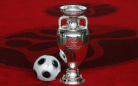 Luzern, 2.12.2007. Sport. Fussball, Nationalmannschaften Endrunden Auslosung EURO 2008 in Luzern UEFA Euro 2008, Final draw in Luzern Features: EURO Ball (EURO Pass) und EM-Pokal