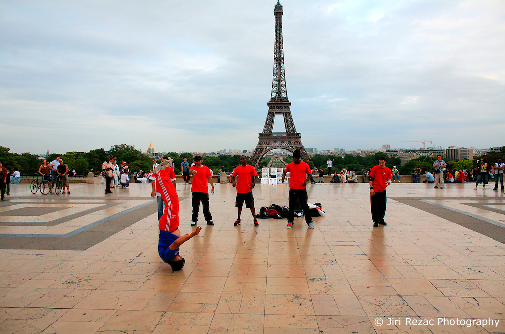FRANCE PARIS 27JUL07 - A group of performers show off their routine on the Place de Trocadero in the front of the Eiffel Tower, central Paris.. . jre/Photo by Jiri Rezac. . © Jiri Rezac 2007. . Contact: +44 (0) 7050 110 417. Mobile:  +44 (0) 7801 337 683. Office:  +44 (0) 20 8968 9635. . Email:   jiri@jirirezac.com. Web:    www.jirirezac.com. . © All images Jiri Rezac 2007 - All rights reserved.