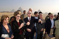 09 DEC 2004, GIZEH/EGYPT:<br /> Peter Struck, SPD, Bundesverteidigungsminister, und Journalisten, waehrend einem Gruppenfoto beim Besuch der Phyramiden von Gizeh, im Rahmen einer Reise nach Aegypten<br /> IMAGE: 20041209-01-024<br /> KEYWORDS: Gize, Ägypten, Journalist,