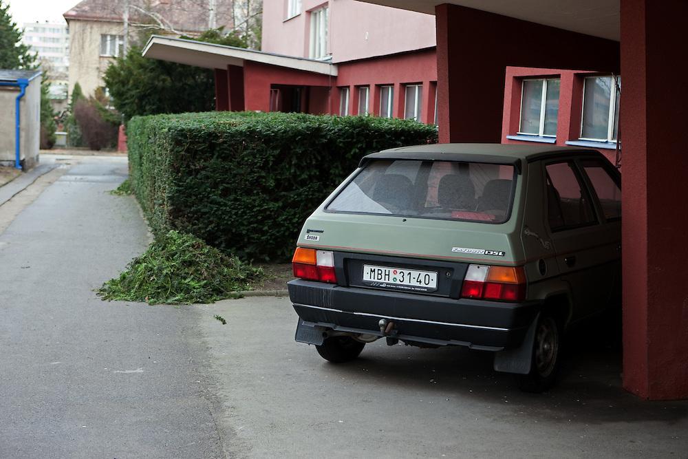 Vor einem Hauseingang geparkter Skoda Favorit in der Stadt Mlada Boleslav wo sich die Skoda Autowerke befinden. Mlada Boleslav liegt noerdlich von Prag und ist ungefaehr 60 Kilometer von der tschechischen Haupstadt entfernt. Skoda Auto besch&auml;ftigt in Tschechien 23.976 Mitarbeiter (Stand 2006), den Grossteil davon in der Zentrale in Mlada Boleslav. Damit sind mehr als 3/4 aller Erwerbst&auml;tigen der Stadt in dem Automobilkonzern t&auml;tig.<br /> <br />                                         In front of a house entrance parked Skoda Favorit in the city of Mlada Boleslav. The city is located north of Prague and about 60 km away from the Czech capital. Skoda Auto has about 23.976 employees (2006) in Czech Republic and a big part of them is working in Mlada Boleslav. 3/4 of the working population in Mlada Boleslav is working for the Skoda Auto company.