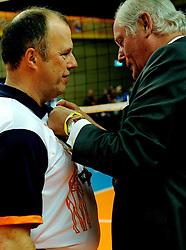 17-02-2013 VOLLEYBAL: CUP FINAL FIRMX ORION - DRAISMA DYNAMO: ZWOLLE<br /> Gouden bondsspeld voor scheidsrechter Peter Groenewegen<br /> &copy;2013-WWW.FOTOHOOGENDOORN.NL