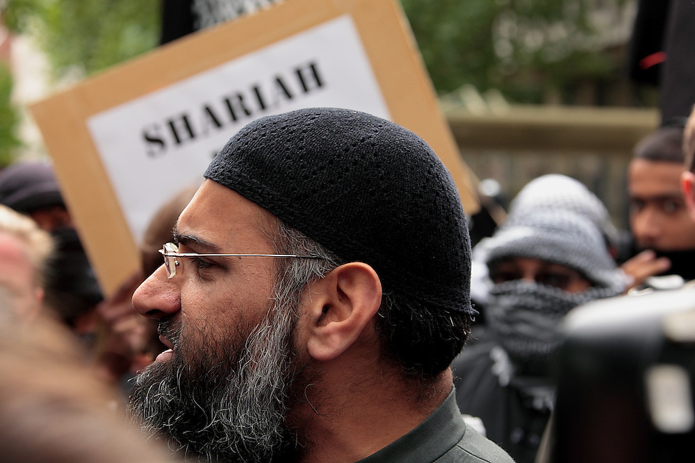 EDL and Muslims Against Crusades demonstrate outside of the US Embassy