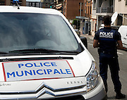 A man who seized four people in a bank in the southern French city of Toulouse has released one hostage, police say.<br />