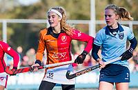Laren - Yibbi Jansen (OR) met Elin van Erk (Lar) tijdens de Livera hoofdklasse  hockeywedstrijd dames, Laren-Oranje Rood (1-3).  COPYRIGHT KOEN SUYK