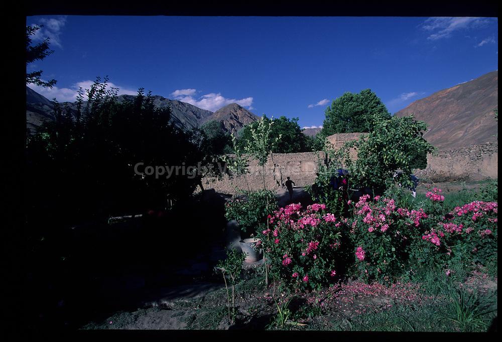 """""""La Maison du Prince"""". Jardins de l'ancienne résidence royale, où les descendants du Prince de Chitral vivent toujours. Drason, Upper Chitral, Pakistan // Gardens of the former Royal Palace, Upper Chitral, Drason, Pakistan"""