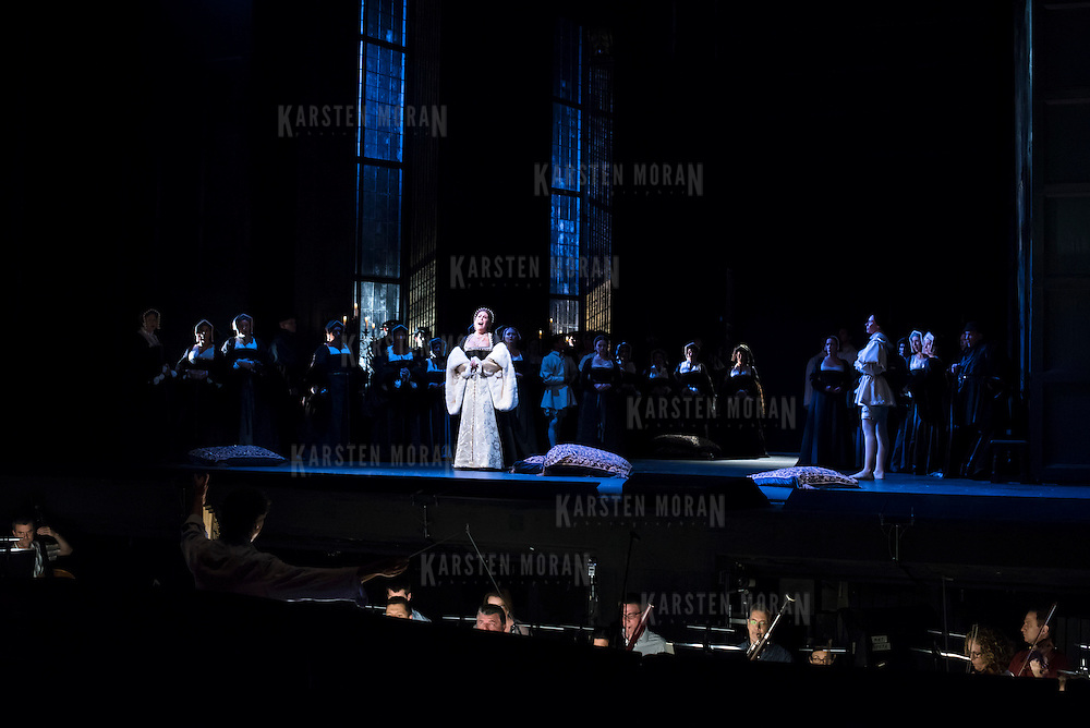 September 23, 2015 - New York, NY : Sondra Radvanovsky, at center left, performs as Anna Bolena in a dress rehearsal for Gaetano Donizetti's 'Anne Bolena' at the Metropolitan Opera at Lincoln Center on Wednesday. CREDIT: Karsten Moran for The New York Times