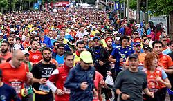 26-04-2015 NED: We Run 2 Change Diabetes NY 2015, Arnhem<br /> We run to change diabetes, training op de halve marathon van Madrid met de groep hardlopers van Novo Nordisk Spanje die op 1 november 2015 hun grenzen gaan verleggen in de marathon van New York / lopers massa, massa hardlopers, Bas, Erik, Antonio, Rene