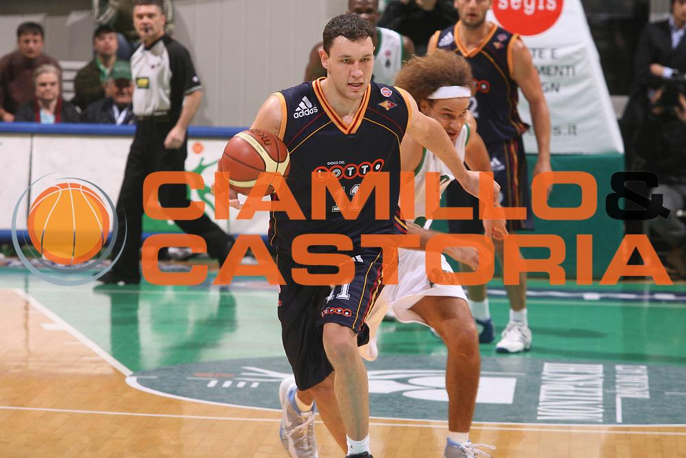 DESCRIZIONE : Siena Lega A1 2006-07 Montepaschi Siena Lottomatica Virtus Roma <br /> GIOCATORE : Mavrokefalidis <br /> SQUADRA : Lottomatica Virtus Roma <br /> EVENTO : Campionato Lega A1 2006-2007 <br /> GARA : Montepaschi Siena Lottomatica Virtus Roma <br /> DATA : 05/11/2006 <br /> CATEGORIA : Palleggio <br /> SPORT : Pallacanestro <br /> AUTORE : Agenzia Ciamillo-Castoria/G.Ciamillo
