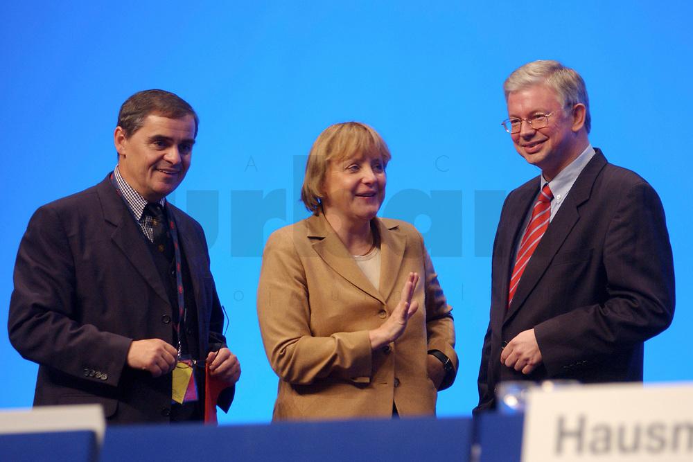 11 NOV 2002, HANNOVER/GERMANY:<br /> Peter Mueller (L), CDU, Ministerpraesident Saarland, Angela Merkel (M), CDU Bundesvorsitzende, und Roland Koch (R), CDU, Ministerpraesident Hessen, im Gespraech, CDU Bundesparteitag, Hannover Messe<br /> IMAGE: 20021111-01-133<br /> KEYWORDS: Parteitag, party congress, Peter M&uuml;ller, Ministerpr&auml;sident, gespr&auml;ch