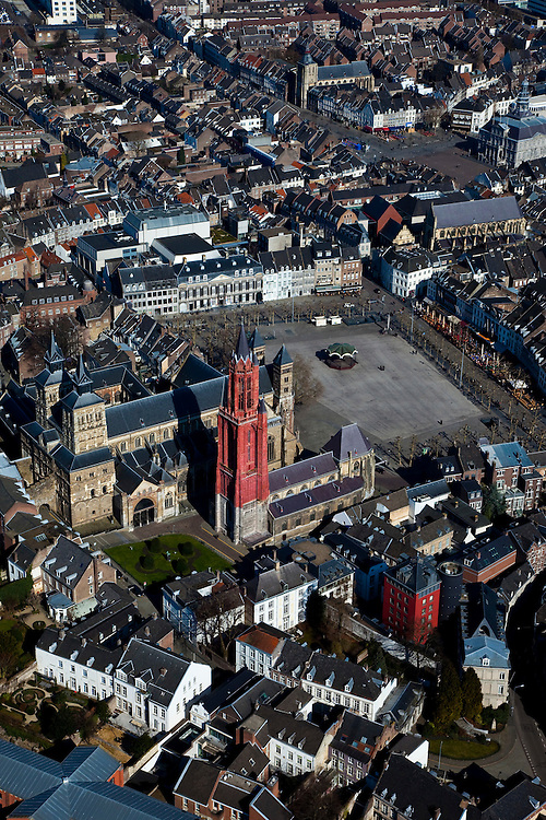 Nederland, Limburg, Maastricht, 07-03-2010; binnenstad met kerkentweeling: Sint-Janskerk (met rode toren), protestant en Sint-Servaasbasiliek (op het tweede plan), rooms-katholiek. Vrijthof recht..Inner city with twin churches: St John's Church (l), Protestant and St. Servatius Basilica (r), Roman Catholic. Vrijthof right..luchtfoto (toeslag), aerial photo (additional fee required);.foto/photo Siebe Swart