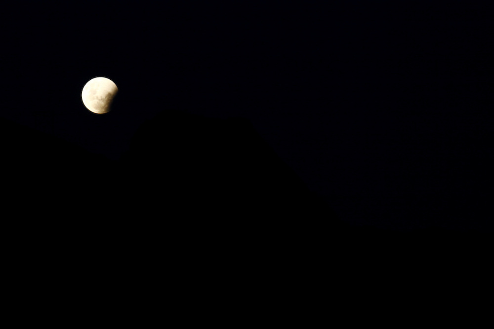 Belo Horizonte_MG, Brasil.<br /> <br /> Eclipse Lunar que pode ser visto em todo o mundo. Na foto vista da Serra do Curral.<br /> <br /> Lunar eclipse can be seen worldwide. In the picture view of the Serra do Curral.<br /> <br /> Foto: JOAO MARCOS ROSA / NITRO