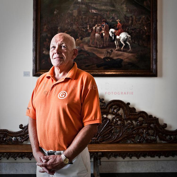 stadhuis groningen 20100723. VVV-gids Koos Lammerts voor serie stadsgidsen. Op de achtergrond een schilderij van Folkert Bock, het beleg van Groningen. foto: Pepijn van den Broeke