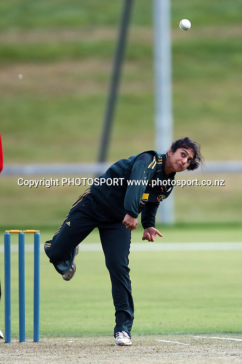 Lisa Sthalekar bowling, New Zealand White Ferns v Australia, Rosebowl cricket series, One day international, Queenstown Events Centre, Queenstown. 3 March 2010. Photo: William Booth/PHOTOSPORT