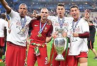 FUSSBALL EURO 2016 FINALE IN PARIS  Portugal - Frankreich          10.07.2016 Ehrenrunde: Bruno Alves, Pepe, Jose Fonte und Cristiano Ronaldo (v.l., alle Portugal) jubeln mit dem Pokal