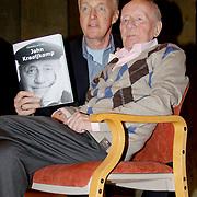 NLD/Laren/20100419 - Overhandiging boek John Kraaijkamp, Andre van Duin overhandigt het ouvreboek