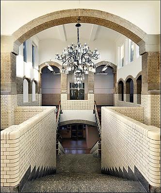 Nederland, Arnhem, 2-1-2015 De trappen in het trappenhuis van de HBS waar M.C. Escher naar school ging vormeden een inspiratie voor zijn latere werk. De school, een rijksmonument met invloeden van Berlage, het Rationalisme en Art Nouveau, bevat een trappenhuis dat een opvallende gelijkenis vertoont met de prenten met trappen en labyrinten die Escher maakte. Ook de pseudo-romaanse doorgangen en de wit betegelde muren zijnn hier onderdeel van. Het gebouw is nu bewoond en niet toegangkelijk voor publiek. The stairs in the stairwell of the school where artist MC Escher went to school formed an inspiration for his later work. The school, a national monument influenced by Berlage, Rationalism and Art Nouveau, includes a staircase that bears a striking resemblance to the prints made with stairs and labyrinths by Escher. The building is now a residence with appartments and inaccessible to the public. FOTO: FLIP FRANSSEN/ HOLLANDSE HOOGTE