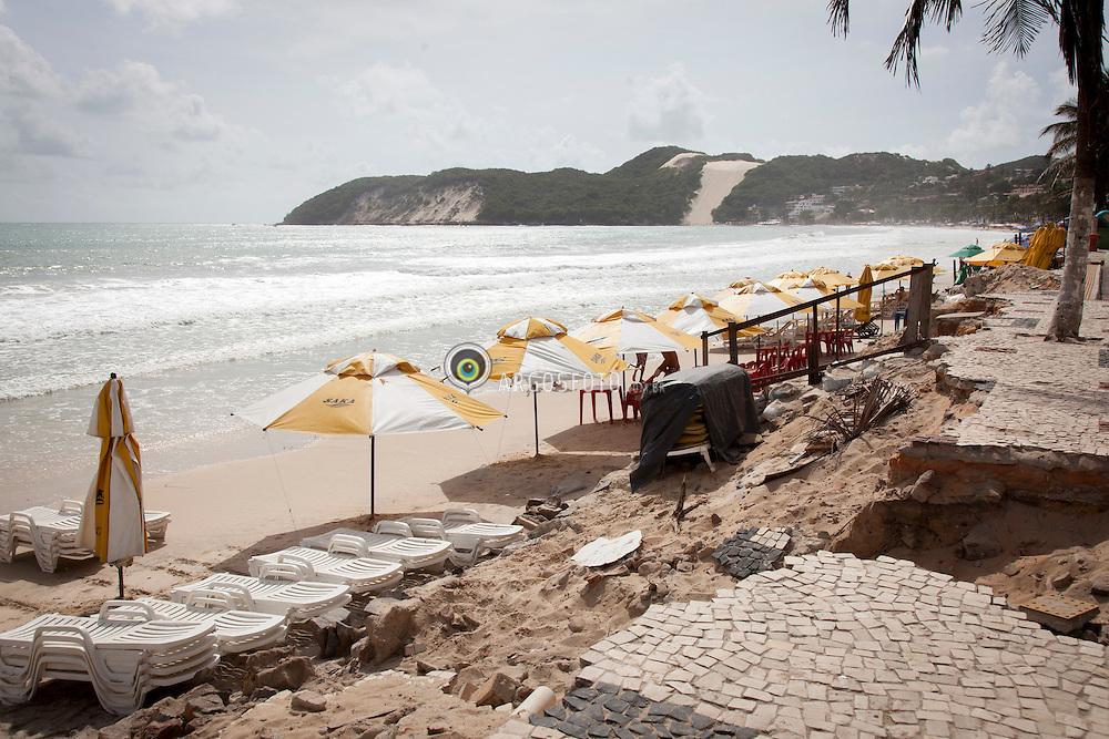 Efeitos da erosao em calcada da praia Ponta Negra // Erosion at the boardwalk in the Ponta Negra beach, RN - Brazil 2013.