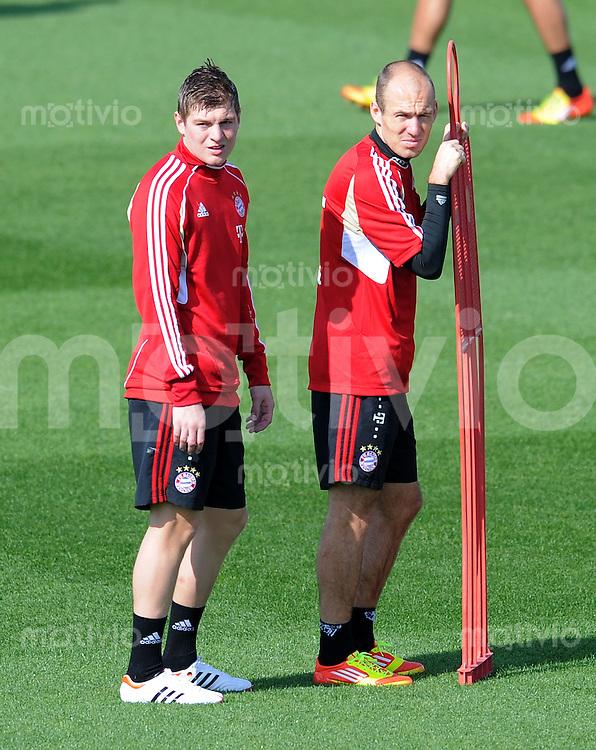 Fussball 1. Bundesliga:  Saison   2011/2012    Winter Trainingslager des FC Bayern Muenchen  04.01.2012 Toni Kroos (li) und  Arjen Robben