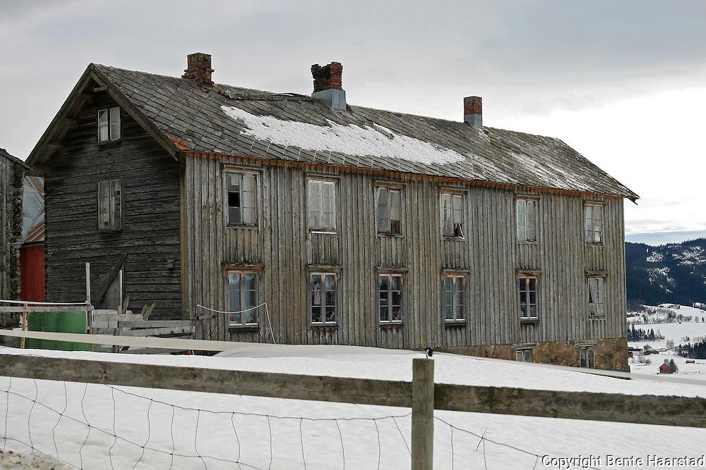 Falleferdig Trønderlån. Gamle bygninger er en del av kulturarven, men ikke alle blir tatt vare på. Old houses from the norwegian countryside. When old farm houses are not needed any more, many fall down.