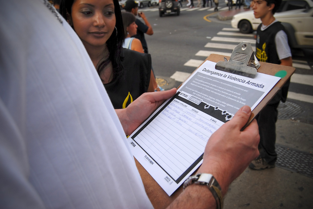NO DISPARES - AMNIST&Iacute;A INTERNACIONAL<br /> Caracas - Venezuela 2009<br /> Photography by Aaron Sosa