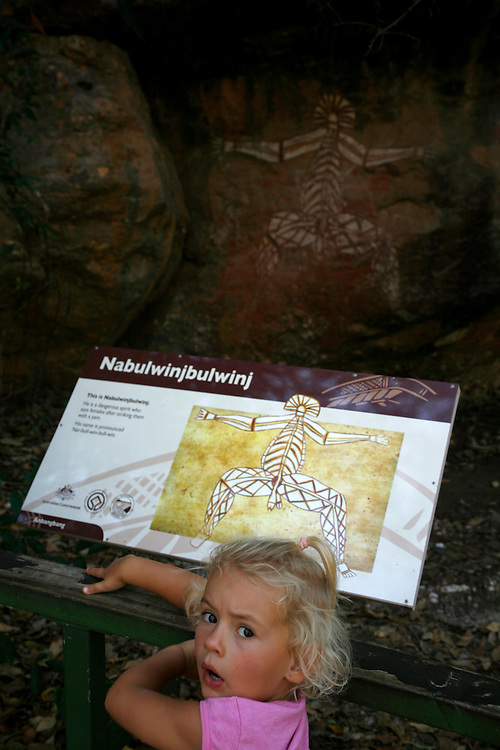 Nourlangie Rock, Kakadu National Park<br /> o Kakadu &eacute; tamb&eacute;m um lugar simb&oacute;lico ao longo dos tempos, desde o &ldquo;Tempo dos Sonhos&rdquo; para os Abor&iacute;genes. Existem por todo o parque lugares sagrados para eles, onde n&oacute;s, comuns caucas&oacute;ides, n&atilde;o podemos entrar.