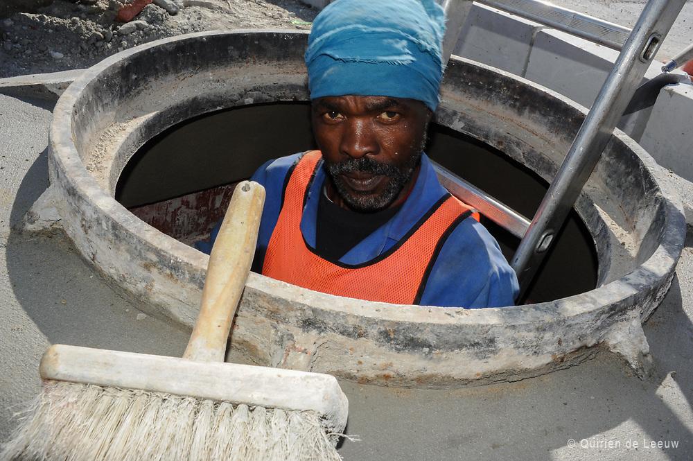 Portret van een constructiewerker bij aanleg van het riolering systeem.