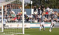 FODBOLD: Målmand Steffen Petersen (B.1903) strækker sig forgæves da Nicklas Jonassen (Helsingør) i baggrunden scorer under kampen i Danmarksserien, pulje 1, mellem Elite 3000 Helsingør og B.1903 den 20. september 2009 på Helsingør Stadion. Foto: Claus Birch