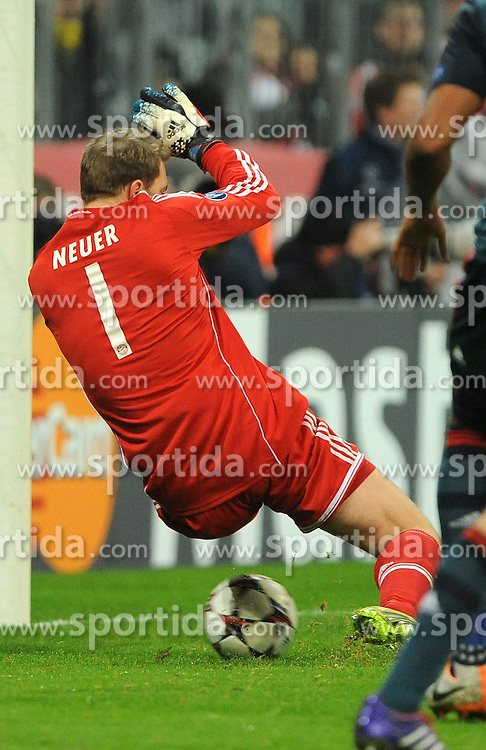 10.12.2013, Allianz Arena, Muenchen, GER, UEFA CL, FC Bayern Muenchen vs Manchester City, Gruppe D, im Bild Torwart Manuel Neuer (FC Bayern Muenchen) rustcht der Ball beim Anschlusstreffer durch David SILVA (Manchester City) drch die Beine // during UEFA Champions League group D match between FC Bayern Munich and Manchester City at the Allianz Arena in Muenchen, Germany on 2013/12/11. EXPA Pictures &copy; 2013, PhotoCredit: EXPA/ Eibner-Pressefoto/ Stuetzle<br /> <br /> *****ATTENTION - OUT of GER*****