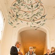NLD/Den Haag/20180923 - Prinses Margarita exposeert bij Masterly The Hague, Kroonluchter van Glaskunstenaar  Bibi Smit