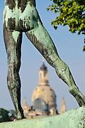 Bronzefigur Bogenschütze 1902 von Ernst Moritz Geyger, Frauenkirche im Hintergrund, Neustadt, Dresden, Sachsen, Deutschland.|.bronze sculpture on bank of Elbe, church of Our Lady in back ground, Neustadt, Dresden, Germany