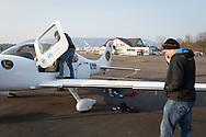 SCHWEIZ - LUPFIG - Räto Vitins (R), Chefpilot HPI, und seinen Co-Piloten machen die 'Moonbird' für den Flug nach Malta startklar. Die 'Moonbird' von der Humanitäre Piloten Initiative (HPI) wird auf dem Mittelmeer Ausschau halten nach seeuntauglichen Flüchtlingsbooten, damit diese von Sea-Watch.org und anderen Hilfsorganisationen gerettet werden können. - 28. Februar 2018 © Raphael Hünerfauth - http://huenerfauth.ch