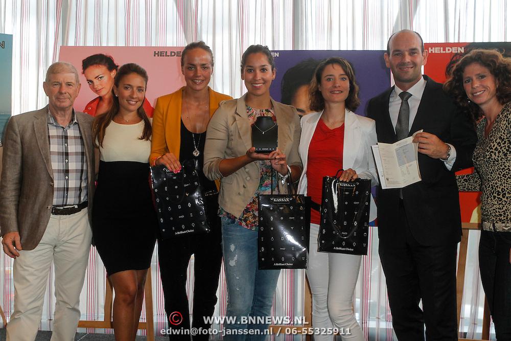 NLD/Ridderkerk/20120911 - Presentatie magazine Helden, Maartje Paumen, Raomi Kromowidjojo, Marianne Vos krijgen een briljanten ketting van Gassan Diamonds