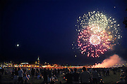 Nederland, Nijmegen, 20-7-2010Tijdens de zomerfeesten van de 4daagse wordt traditioneel op de dinsdag een groot vuurwerk gegeven. De Waal in vlammen. Op de waalkade, het valkhof en de oever van de rivier aan de kant van Lent staan tienduizenden mensen het spectakel te bewonderen.Foto: Flip Franssen/Hollandse Hoogte