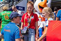 AMSTELVEEN - bondscoach Alyson Annan (Ned) met de Fan of the match,  voor   de Pro League hockeywedstrijd dames, Nederland-Australie (3-1) COPYRIGHT  KOEN SUYK