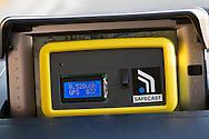 Geigermätaren från Safecast visar 0.520 mikroSiverts. Shuji Akagi, 47, har placerat sin geigermätare på instrumentbrädan bilen. Han kör runt i Fukushima City och mäter strålningen i olika delar av staden. Värdena laddar han sedan upp på Safecasts hemsida.
