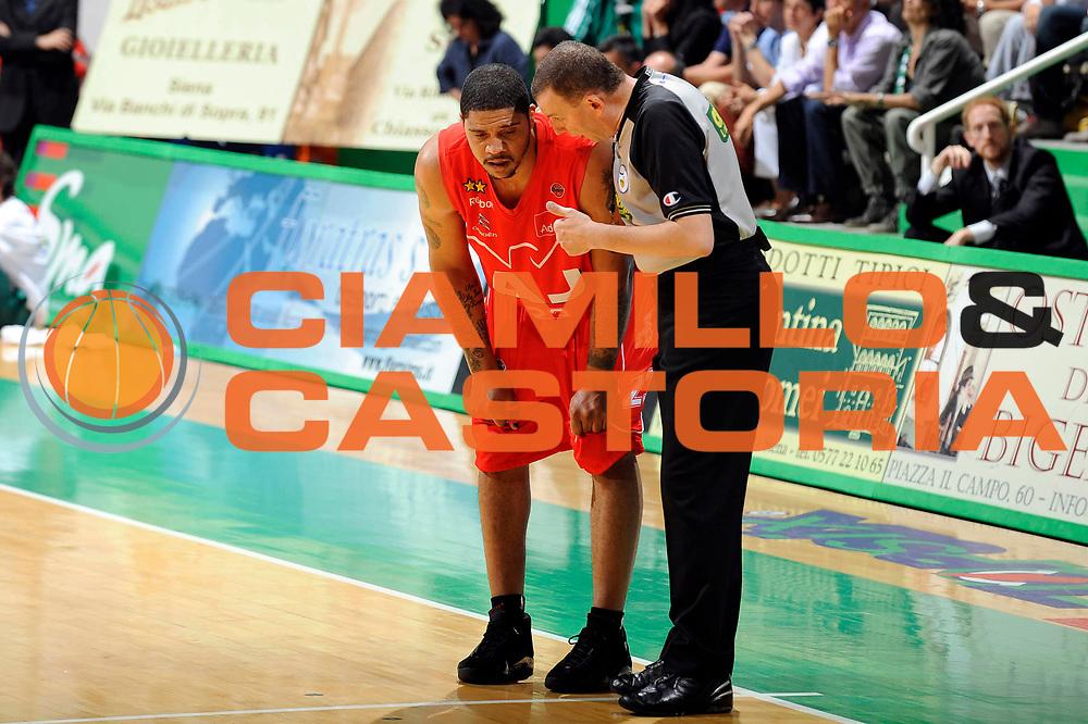 DESCRIZIONE : Siena Lega A 2008-09 Playoff Finale Gara 1 Montepaschi Siena Armani Jeans Milano<br /> GIOCATORE : Maurice Taylor Arbitro<br /> SQUADRA : Armani Jeans Milano<br /> EVENTO : Campionato Lega A 2008-2009 <br /> GARA : Montepaschi Siena Armani Jeans Milano<br /> DATA : 10/06/2009<br /> CATEGORIA : curiosita<br /> SPORT : Pallacanestro <br /> AUTORE : Agenzia Ciamillo-Castoria/G.Ciamillo