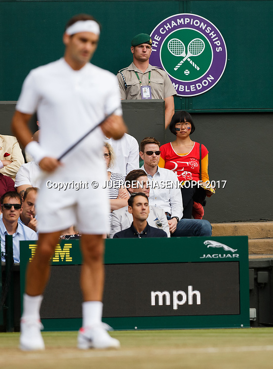 ROGER FEDERER Fan auf der Tribuene, Roger unscharf im Vordergrund,<br /> <br /> Tennis - Wimbledon 2017 - Grand Slam ITF / ATP / WTA -  AELTC - London -  - Great Britain  - 12 July 2017.