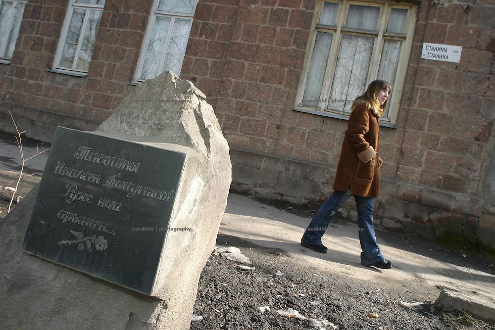 """Gedenkstein für den ersten toten Ossten, der im Unabhängigkeitskrieg in der Stalin-Straße starb. Südossetien erklärte sich 1990 selbsständig und konnte den folgenden Sezessionskrieg gegen die Georgier für sich entscheiden. Zwischen Georgien und der abtrünnigen Region, die den Anschluß an die Russische Förderation fordert, kommt es trotz des Waffenstillstandsabkommens von 1992 immer wieder zu bewaffneten Ausseinandersetzungen. (Memorial in the Stalin Street, where the first ossetian man fall during the independence war. South Ossetia is a de facto independent republic located within the internationally recognized borders of Georgia. Although this former Soviet autonomous region has declared its independence in 1990. After the following civil war between georgians and ossetians ends in 1992, most parts of the territory is ossetian controlled, while some villages with georgian population are administrated by an georgian """"Alternative Government"""".)"""