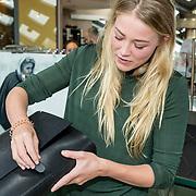 NLD/Amsterdam/2017102 - Presentator tassenlijn Geraldine Kemper,