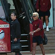 Portugese elftal verlaat hotel Newport Huizen voor de wedstrijd tegen Roemenie, Figo