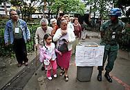 Ciudadanos esperan para emitir su voto hoy, 23 de noviembre de 2008, en Caracas, Venezuela, donde unos 17 millones de venezolanos están convocados para elegir 603 cargos: los gobernadores de 22 de los 23 estados del país, más de 300 alcaldes y más de 200 legisladores locales. (ivan gonzalez)