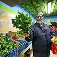 Nederland, Amsterdam , 3 mei 2011..Supermarkt Tanger..De etnische supermarkt Tanger in Slotermeer is met die prijs goedkoper dan de winkels in het Marokkaanse Tanger. De winkel trekt klanten aan van ver buiten de stad..De groente afdeling...Foto:Jean-Pierre Jans
