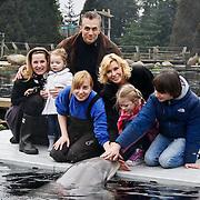 NLD/Harderwijk/20100320 - Opening nieuwe Dolfinarium seizoen met nieuwe show, Robert Schoemacher met partner Claudia, Livia, Moos,Andjélica en Anja aaien de dolfijn