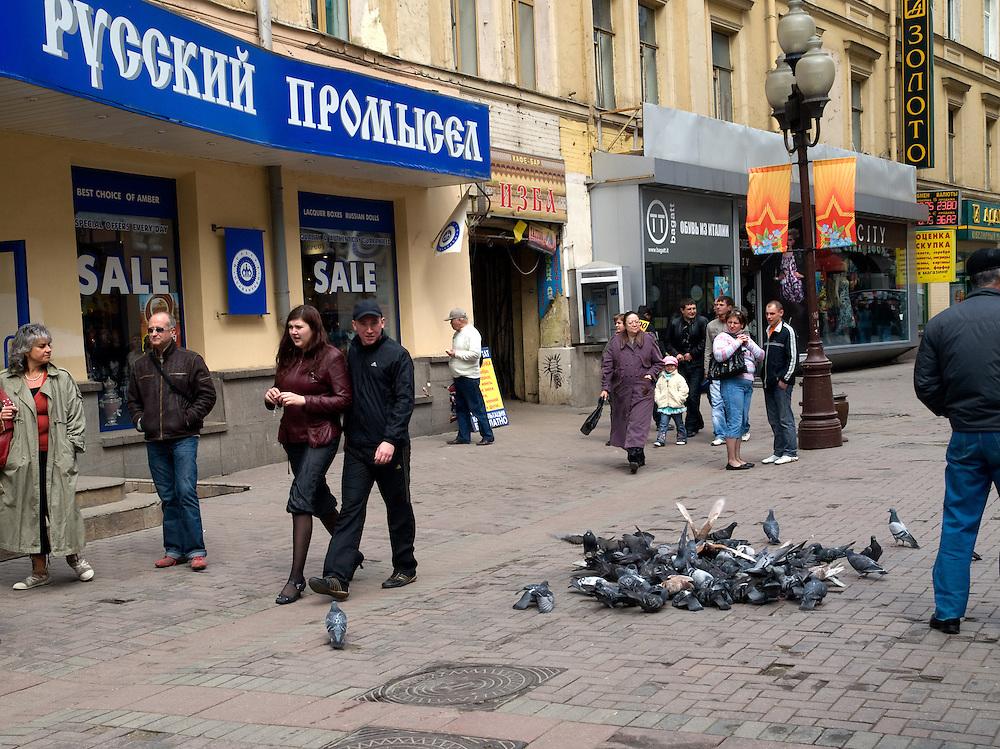 Der Arbat ist eine etwa einen Kilometer lange Straße im historischen Zentrum von Moskau. Zusammen mit den umliegenden Vierteln bildet sie den gleichnamigen Stadtteil. Der Arbat besteht nachweislich seit dem 15. Jahrhundert und gehört damit zu den ältesten bis heute erhaltenen Straßen der russischen Hauptstadt.<br /> <br /> The Old Arbat is a picturesque pedestrian street in Moscow, running west from Arbat Square (which is part of the Boulevard Ring) towards Smolenskaya Square (which is part of the Garden Ring). The Old Arbat has the reputation of being Moscow's most touristy street, with lots of entertainment and souvenirs sold.